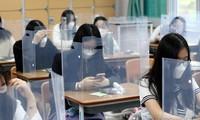 Biện pháp phòng dịch COVID-19 tại một trường học ở Hàn Quốc, khi các học sinh cấp 3 bắt đầu quay trở lại trường. Ảnh: Yonhap