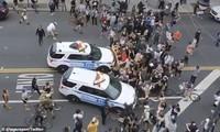 Hai chiếc xe cảnh sát hùng hổ lao vào đám đông người biểu tình ở Mỹ. Ảnh cắt từ video