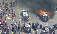 Xe tuần tra bị tấn công bởi người biểu tình ở Los Angeles. Ảnh: Twitter