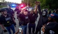 Cảnh sát Genesse thể hiện sự đoàn kết với người biểu tình. Ảnh: AP