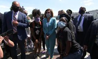 Bà Nancy Pelosi (mặc vest xanh nhạt). Ảnh: CNN
