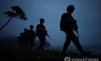 Binh sĩ Hàn Quốc đi tuần trên đảo Yeonpyeong ngày 17/6. Ảnh: Yonhap