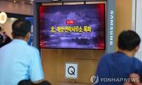 Người Hàn Quốc xem bản tin về tình hình Triều Tiên. Ảnh: Yonhap