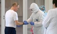 Tổng thống Nga Putin đeo găng tay khi đến thăm một bệnh viện ở Moscow. Ảnh: AP
