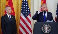 Tổng thống Mỹ Donald Trump và Phó Thủ tướng Trung Quốc Liu He. Ảnh: Reuters