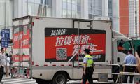 Đông đảo người dân tập trung bên ngoài lãnh sự quán Mỹ ở Thành Đô. Ảnh: SCMP