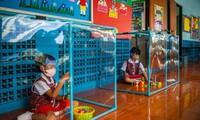 Học sinh Thái Lan lủi thủi ngồi chơi trong hộp phòng COVID-19