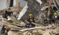 Lực lượng cứu hộ tại hiện trường vụ nổ cảng Beirut. Ảnh: Getty