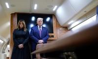 Tổng thống Trump và phu nhân trên chiếc Không lực Một. Ảnh: AP