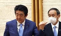 Ông Shinzo Abe (trái) và ông Yoshihide Suga (phải). Ảnh: AP