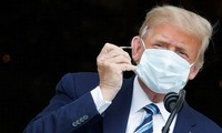Tổng thống Trump cởi khẩu trang khi phát biểu từ ban công Nhà Trắng ngày 10/10. Trên tay Tổng thống có dán băng y tế. Ảnh: Reuters