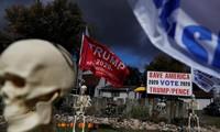 Bầu cử Mỹ: Ông già Noel, bộ xương khô cầm biểu ngữ vận động tranh cử