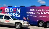 """Chiếc xe ủng hộ ông Trump áp sát xe buýt in chữ """"Biden-Harris"""". Ảnh: RT"""