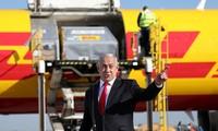 Thủ tướng Israel đón lô vắc-xin đầu tiên ở sân bay. Ảnh: Reuters