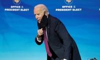 Ông Joe Biden trò chuyện với phóng viên ngày 16/12. Ảnh: Reuters