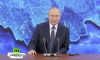 Ông Putin trả lời câu hỏi qua màn hình trực tuyến.