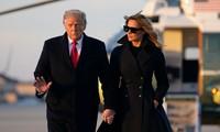 Bà Melania nắm tay ông Trump trong lần xuất hiện mới nhất. Trước đó, bà từng rất hiếm khi nắm tay chồng. Ảnh: AP