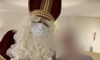 Ông già Noel chụp ảnh cùng cư dân viện dưỡng lão. Ảnh: Daily Mail