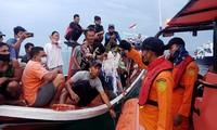 Nhân chứng vụ rơi máy bay Indonesia: Có 2 tiếng nổ, mảnh thi thể nổi trên biển