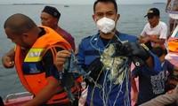 Lực lượng cứu hộ tìm thấy mảnh vỡ máy bay. Ảnh: RT