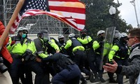 Cảnh sát đối đầu với người biểu tình ngày 6/1 trên Điện Capitol. Ảnh: Reuters