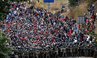 Hàng ngàn người di cư tiến vào Guatemala với hi vọng đến được Mexico để vào Mỹ. Ảnh: Reuters