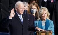Ông Joe Biden bỏ khẩu trang, tuyên thệ nhậm chức tổng thống Mỹ. Ảnh: Getty