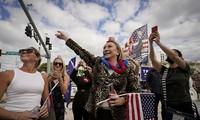 Người hâm mộ nhảy múa đón ông Trump về Florida