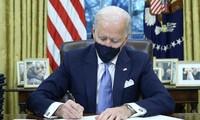 Ông Biden trong Phòng Bầu dục. Ảnh: Reuters