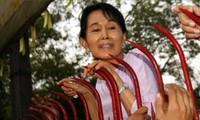 Bà Aung San Suu Kyi - người từng bị quản thúc tại gia suốt nhiều năm - chào những người ủng hộ hồi năm 2010. Ảnh: EPA