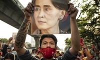 Nhóm người biểu tình phản đối đảo chính Myanmar ở Thái Lan. Ảnh: Bloomberg