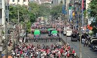 Người dân Myanmar xuống đường biểu tình ngày 6/2 ở Yangon. Ảnh: Reuters