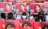 Biểu ngữ đòi thả bà Aung San Suu Kyi của người biểu tình Myanmar. Ảnh: Reuters
