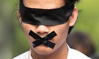 Một người biểu tình ở thành phố Yangon. Ảnh: Reuters