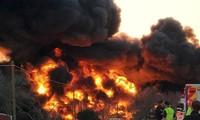 Xe tải đâm tàu chở dầu rồi phát nổ, lái tàu và tài xế sống sót thần kì