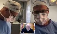 Bác sĩ Green tham gia phiên tòa trực tuyến khi đang phẫu thuật.