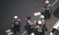 Cảnh sát bắt giữ một người biểu tình hôm 28/2. Ảnh: Reuters