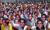 Người biểu tình chống đảo chính đeo mặt nạ bà Suu Kyi ở Yangon. Ảnh: Reuters