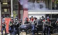 Cảnh sát Myanmar cầm súng xuống đường ngày 1/3. Ảnh: EPA-EFE