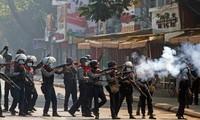 Cảnh sát Yangon khống chế người biểu tình. Ảnh: Reuters