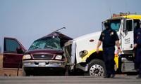 Chiếc SUV màu mận bị xe tải đâm trúng. Ảnh: AP