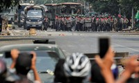 Cảnh sát đối đầu người biểu tình ở Mandalay ngày 3/3. Ảnh: Reuters