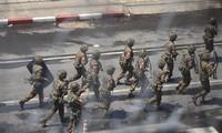 Quân đội Myanmar khống chế người biểu tình hôm 2/3. Ảnh: Reuters