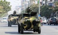 Quân đội đi trên đường phố Myanmar. Ảnh: Reuters