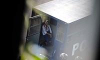 Đặc phái viên Liên Hợp Quốc về Myanmar cho biết cảnh sát dường như đang sử dụng súng tiểu liên với đạn thật để đối phó với người biểu tình. Ảnh: Reuters