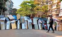 """Người biểu tình dựng """"lá chắn"""" ở Yangon ngày 6/3. Ảnh: Reuters"""