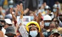 Một phụ nữ trẻ tham gia cuộc biểu tình ở Naypyitaw. Ảnh: Reuters