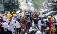 Người biểu tình bỏ chạy hôm 8/3 khi bị cảnh sát xịt hơi cay. Ảnh: Reuters