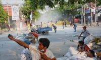 Người biểu tình ở Mandalay dùng súng cao su đáp trả cảnh sát. Ảnh: Reuters