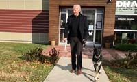Ông Biden và chú chó cưng Major. Ảnh: AP
